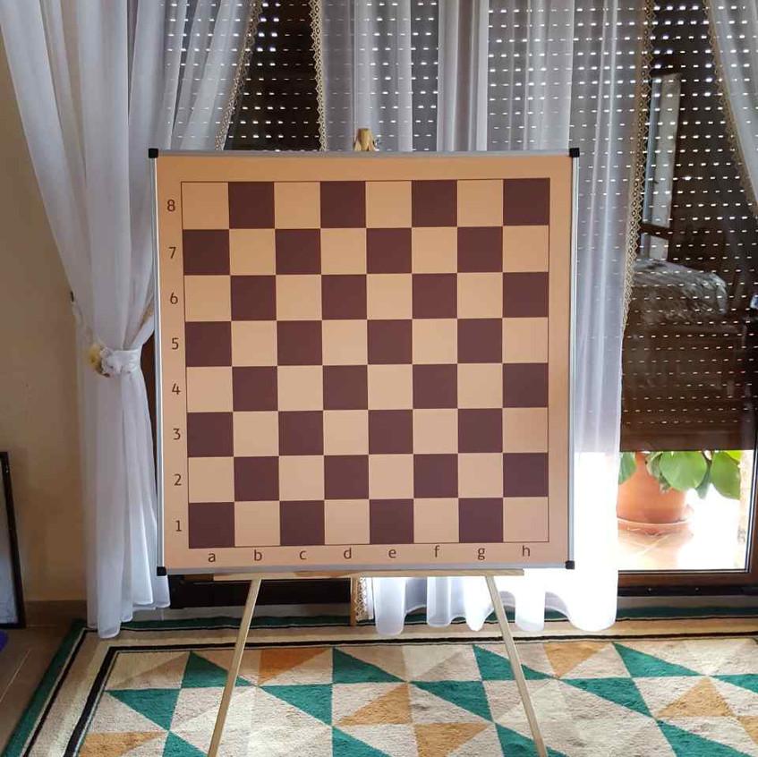 Демонстраційна шахівниця на тринозі
