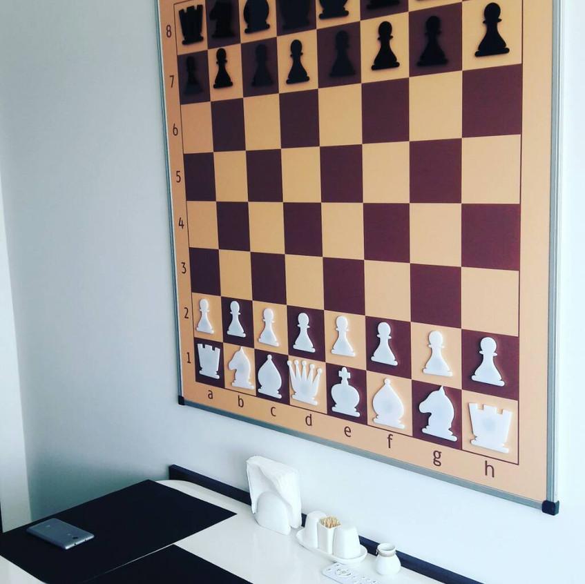 Шахівниця на стіні