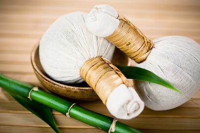 massage Thaï aux pochons d'herbes
