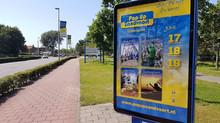 Op naar het volgende grote evenement! De Pop Up Zandvoort posters hangen in de Abri's