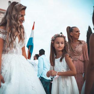 Braut vor Kirche