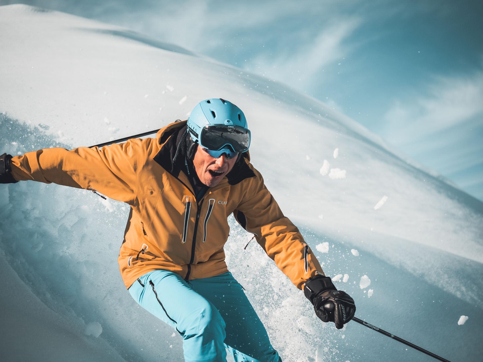 Ski fahrer im Pulverschnee