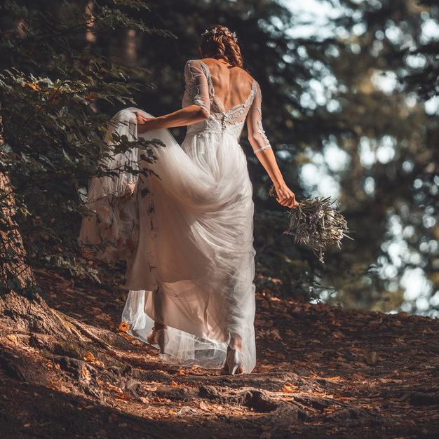 Braut in weissem Brautkleid.