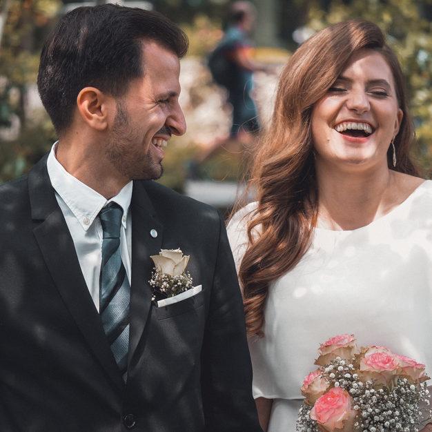 Lachendes Brautpaar.