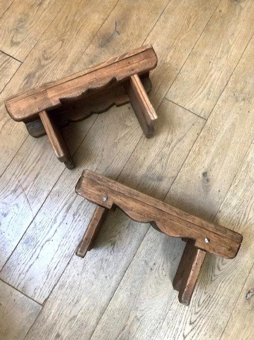 2 petits tabourets en bois