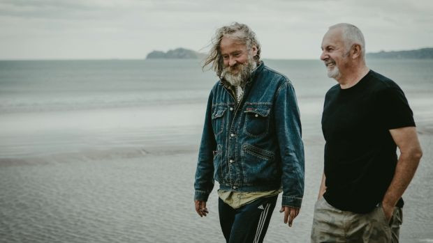 Martin Hart & Donal Moloney maken een strandwandeling