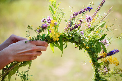 bigstock-The-Girl-Makes-A-Wreath-At-The-