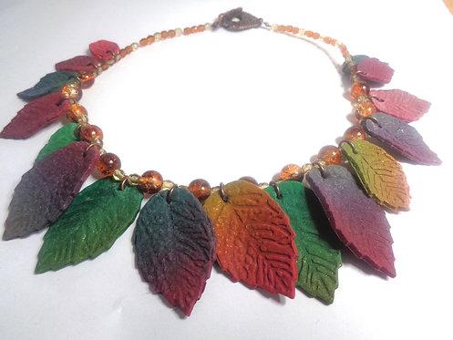 Collier feuilles d'automne polymère et grosses perles transparentes