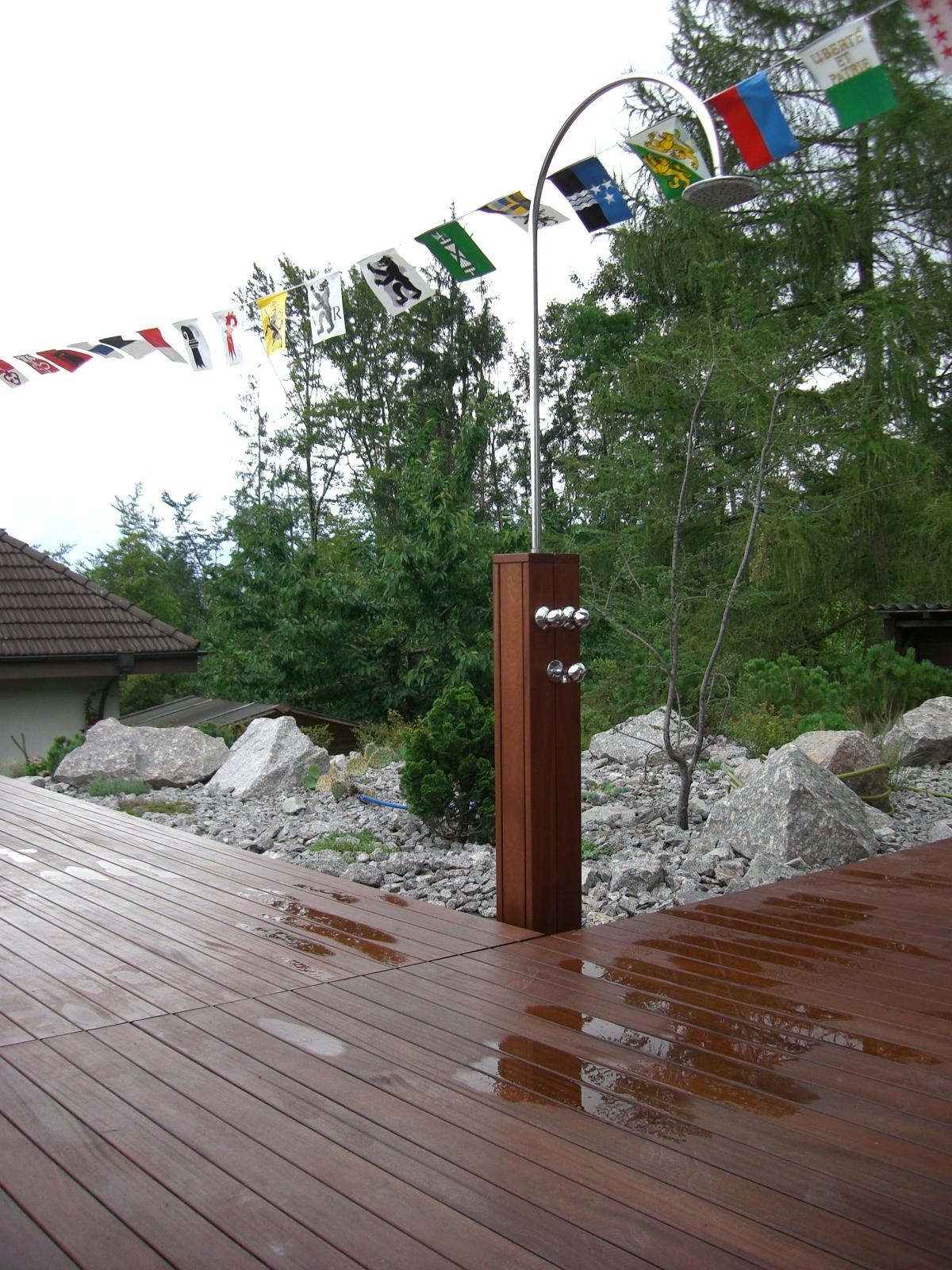 Gartendusche mit Holz