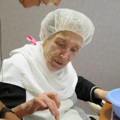 Socio-esthétique : soin individuel pour personne âgée hôspitalisée