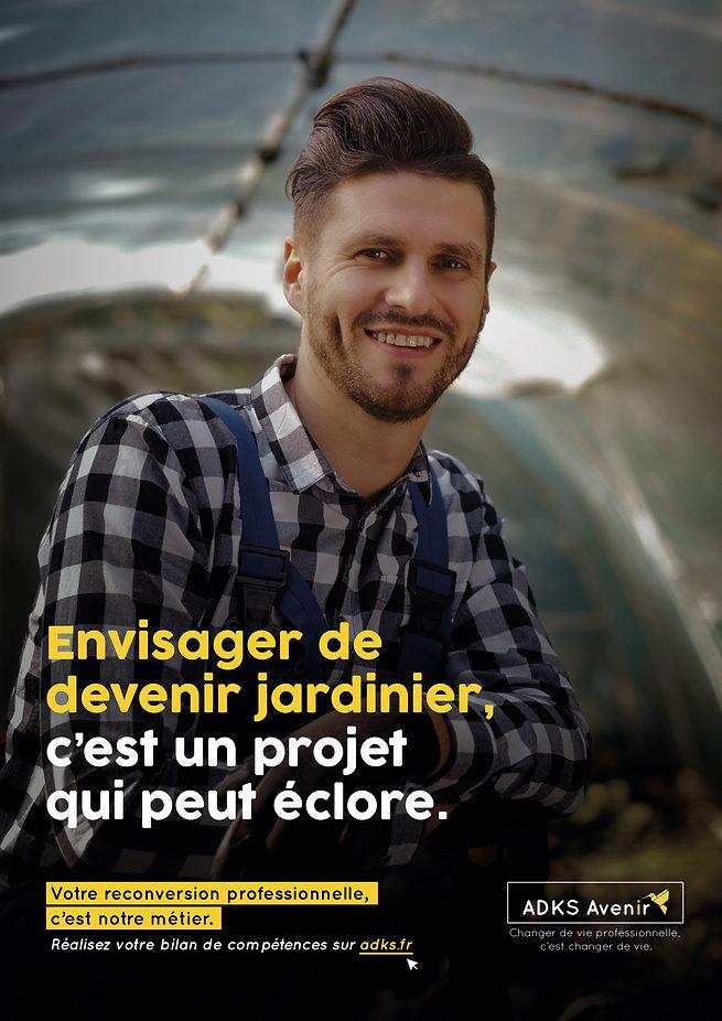 Portrait jeune homme souriant portant une chemise à carreaux