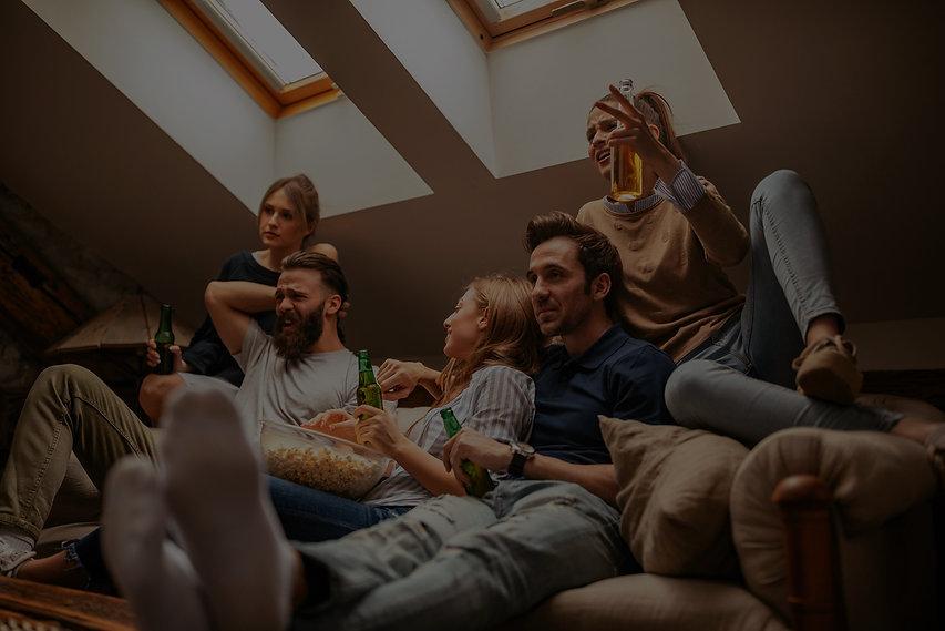 groupe de voisin sur un canapé qui regarde un match