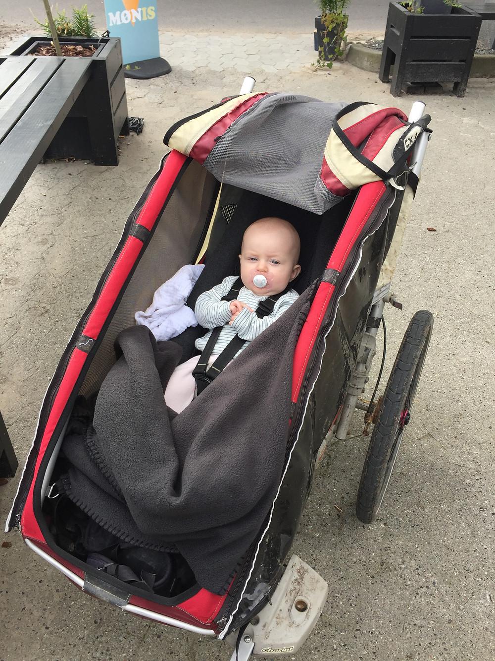 Baby i cykeltrailer