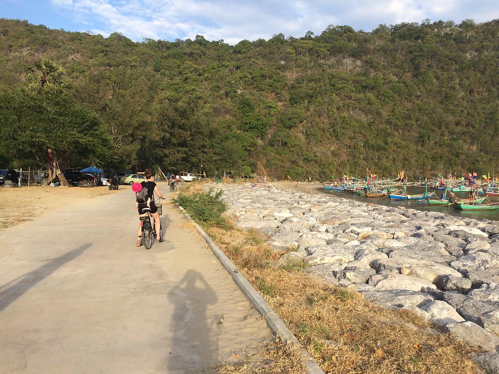 På cykel i Thailand med baby