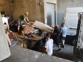 Die tüchtigen Männer beim Müll entsorgen