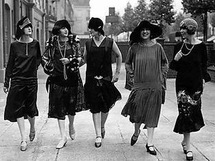 Femmes_-_Rues_de_Paris_-_Années_1920.jpg