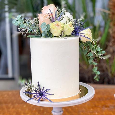 This beautiful wedding cake is so elegan