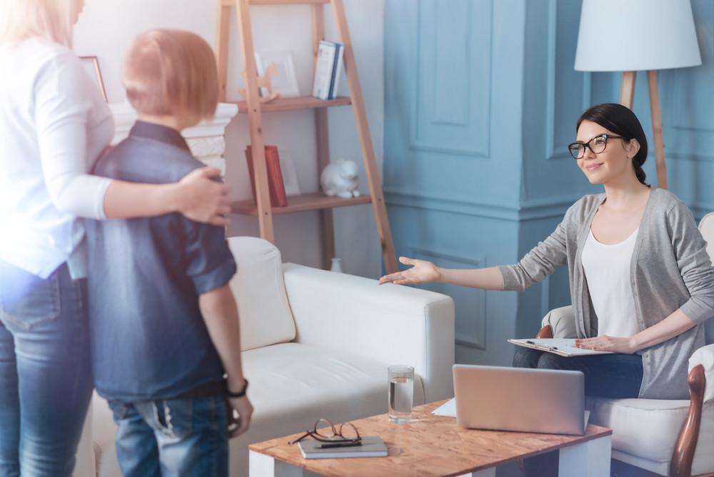 בגילאים הצעירים עדיף לטפל בילדים באמצעות הדרכה הורית