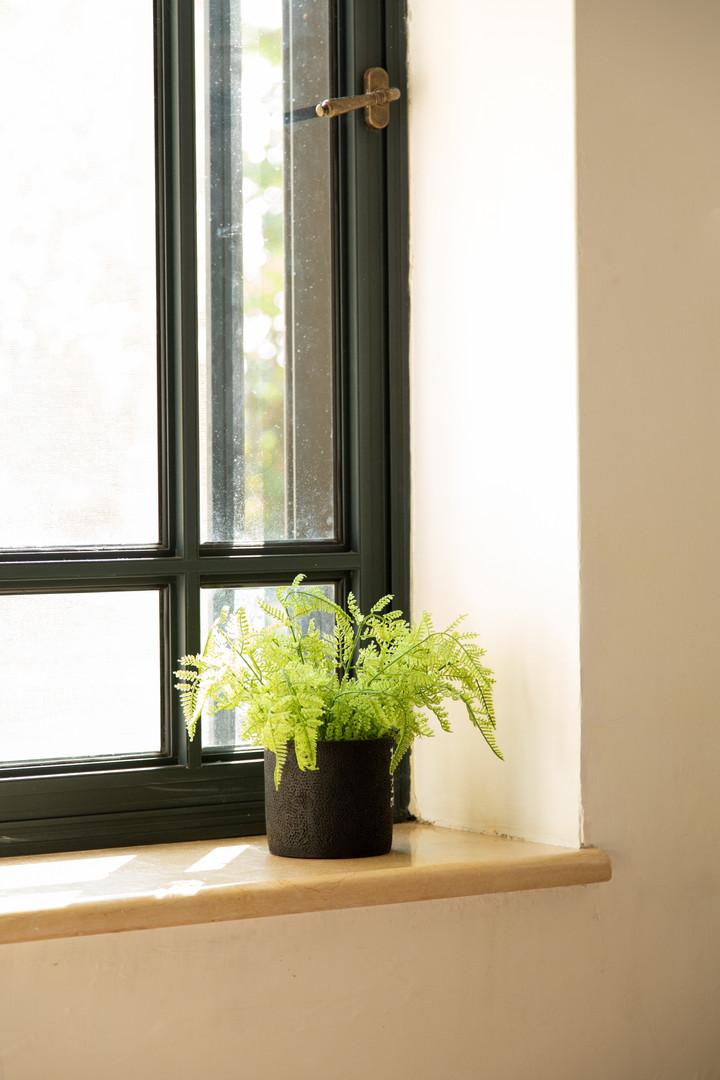 מדף חלון בחדר הורים