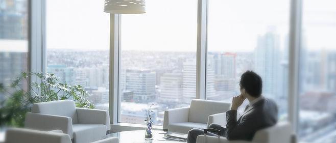 Comptable attendant dans une salle d'attente pour un entretien avec une fiduciaire, un cabinet d'audits et un cabinet d'avocats au Luxembourg