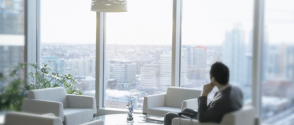 Bussinessman no escritório moderno