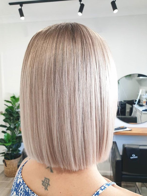 Blunt blonde bob 😍_With a subtle root s
