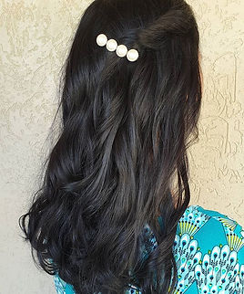 Those pearls 🙌🏻 these curls 👌🏻 and that shine 🌟_We just did a root touch up today! Th