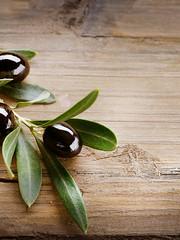Oliven auf Holz Hintergrund