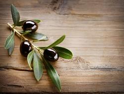 Olive su sfondo di legno