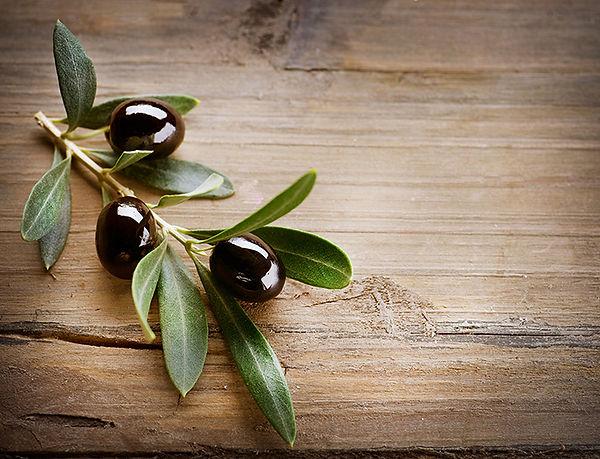 Le olive sullo sfondo di legno