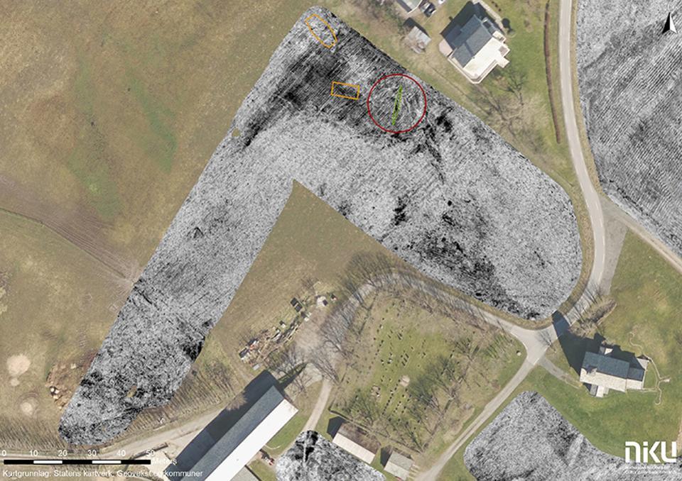 Foto aérea de onde a cova (vermelho) e os traços de assentamento (amarelo) foram vistos