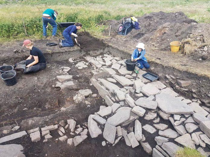 Pesquisadores trabalham em Skaill Farmstead, onde foi encontrado o salão viking. Foto: UHI