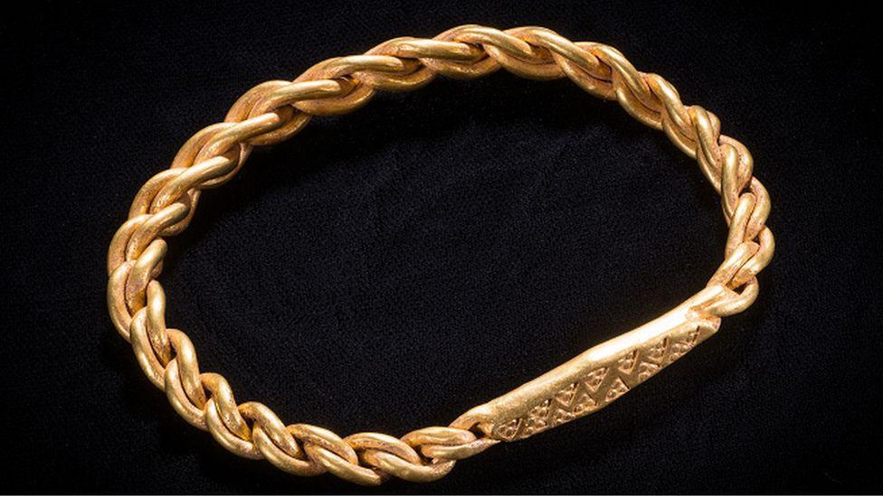 Joias vikings foram encontradas por detector de metais na Ilha de Man