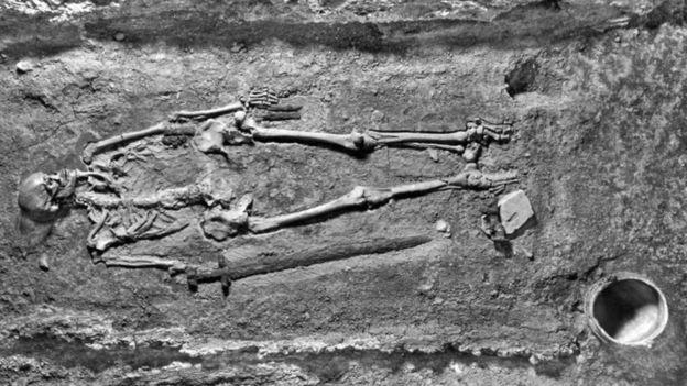 Foto de 1928 mostra como o esqueleto foi encontrado.