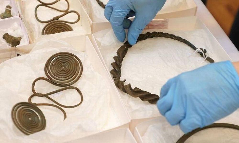 Tesouro da idade do bronze é encontrado em floresta na Suécia