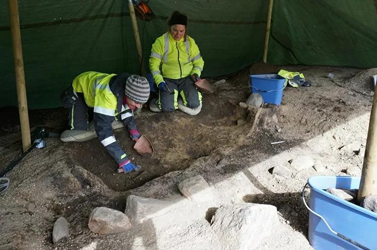 Túmulo de mulher da Era Viking impressiona arqueólogos