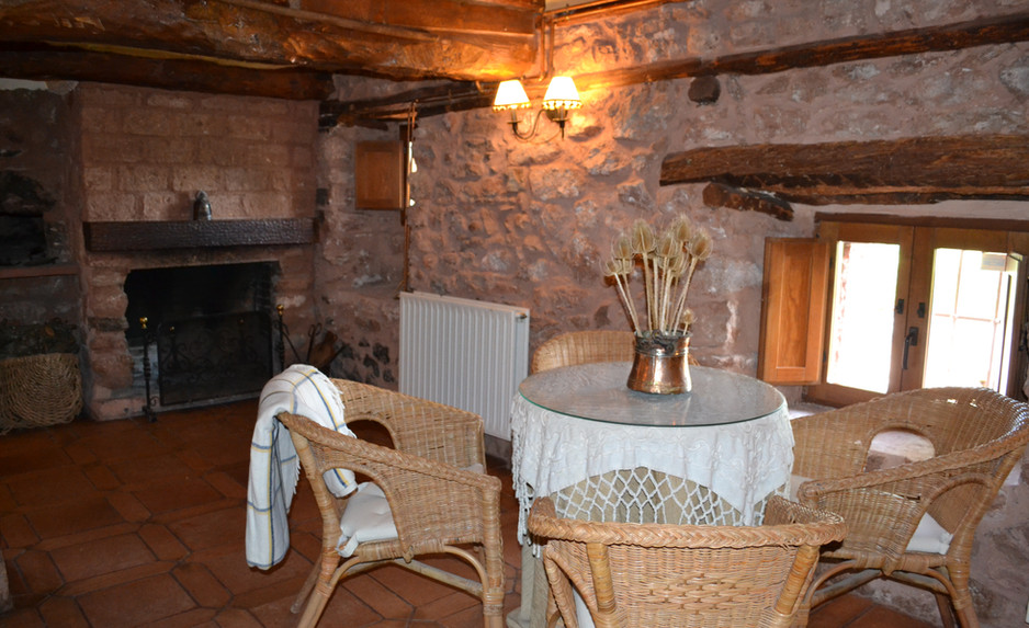 Zona de estar del salón con la chimenea