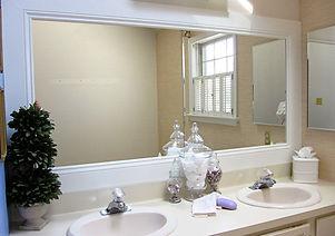 Зеркало в багете в ванной