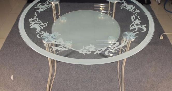 Стеклянный столик с пескоструем