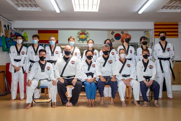 Profesorado y alumnos de escuela Cho San posan tras su examen para Cinturón Negro 1º Dan.