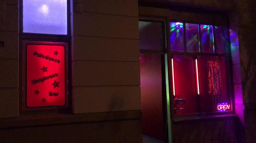 Striptease Bar in Ladenlokal eingerichtet