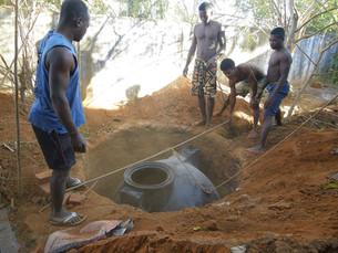 La fosse septique et le bac à graisse sont installés dans la cour de la cantine de Port Bergé