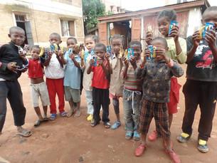 Achat de sandalettes pour la rentrée scolaire de septembre pour les enfants de Tana.