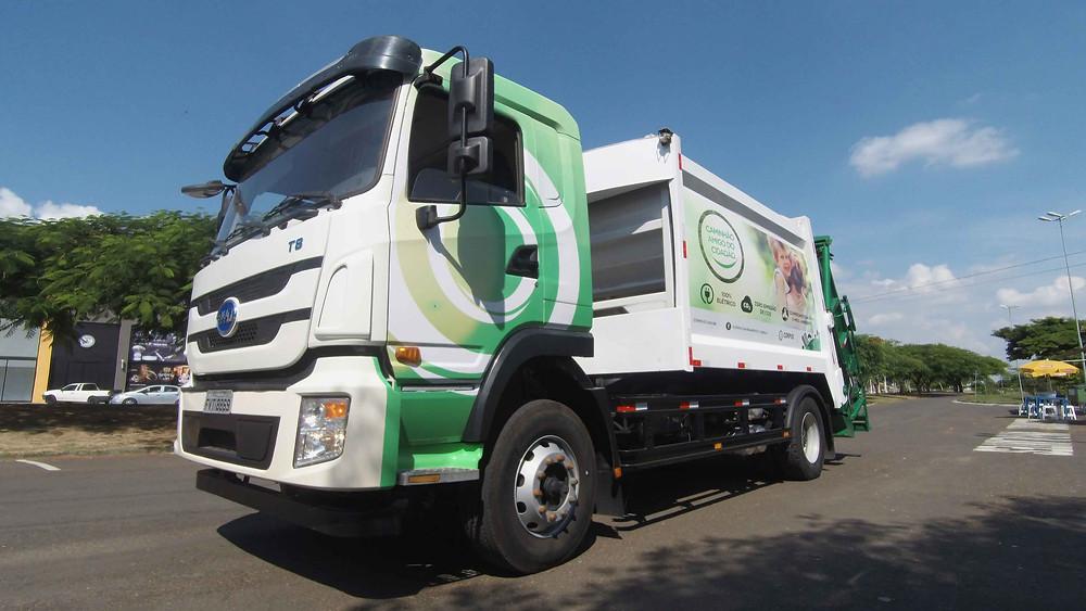 Caminhão compactador de lixo 100% elétrico da Corpus em operação nas ruas de Indaiatuba