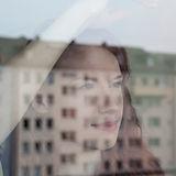Kvinnen ser ut av vinduet