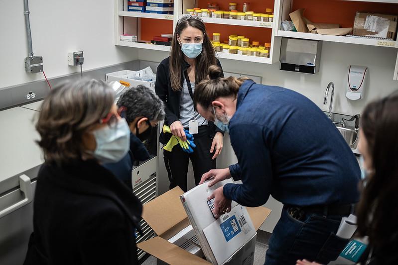 工作人员在取出第一批到达BC省的辉瑞新冠疫苗