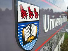 维多利亚大学大巴雨路翻车,有学生遇难