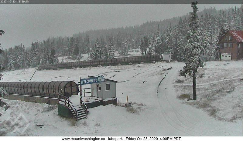 温哥华岛华盛顿山雪场的早雪