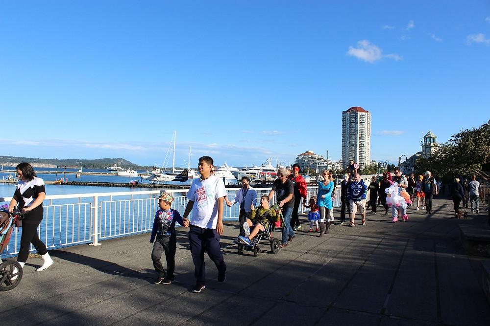 2016年在温哥华岛纳奈莫举行的Walk the Wall 活动。图片来源:walkthewall.org