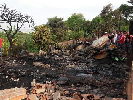 9 viviendas destruidas y más de 30 familias afectadas, panorama tras incendio en barrio 7 de abril